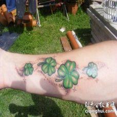 手臂上四个大小不等的四叶草的3D纹身图片
