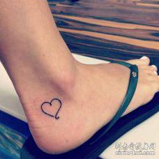 脚踝处纯黑色简单心型纹身图案