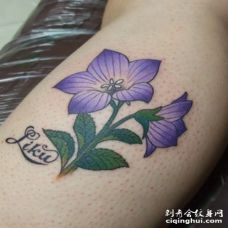 胳膊处逼真带叶与枝的桔梗花纹身图案