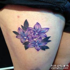 大腿处三朵水彩桔梗花纹身图案