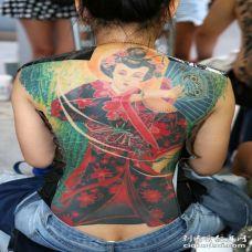女子后背彩色日本舞姬纹身图片
