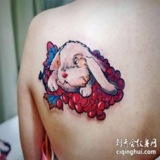 男子背部兔子纹身图案_红蓝白彩色纹身兔子图片