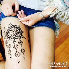 美女大腿黑色太阳花纹身图案