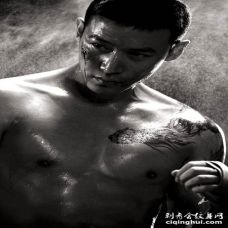 【陆毅纹身图案】陆毅纹身图片_陆毅肩膀龙纹身写真