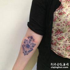女人手臂上很好看的花纹身图