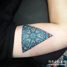 胳膊处三角形蓝黑色图腾纹身