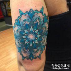 胳膊外侧蓝色图腾花纹身图案