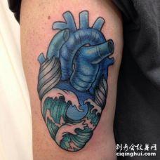 深蓝色海浪心脏纹身图案