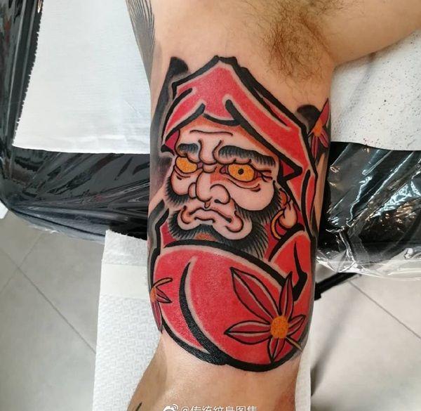 大臂传统枫叶达摩蛋纹身图案