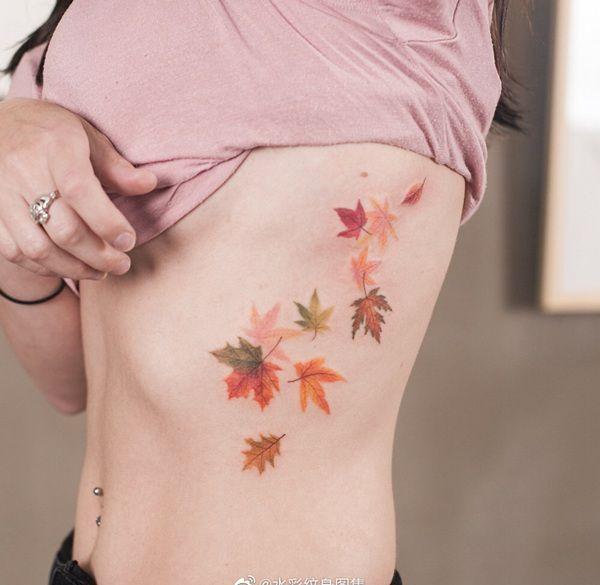 腰侧水彩风枫叶纹身图案