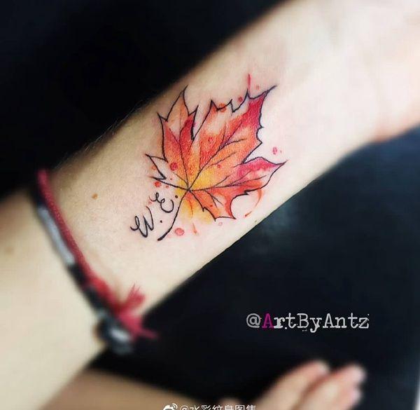 小臂水彩风枫叶纹身图案
