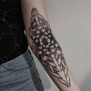 小臂点刺风黑灰风菊花纹身图案