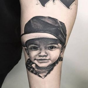 小臂点刺风写实风人物纹身图案