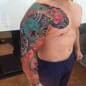 花臂半胛传统龙鲤鱼牡丹花纹身图案