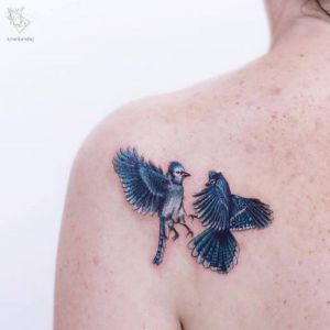 背部小清新燕子纹身图案