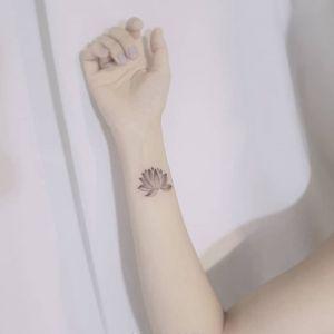 手腕小清新黑灰风莲花纹身图案