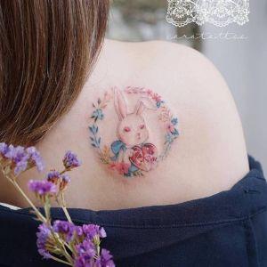 背部小清新花环钻石兔子纹身图案