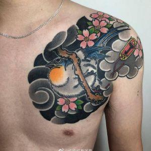 半胛传统鸟樱花纹身图案