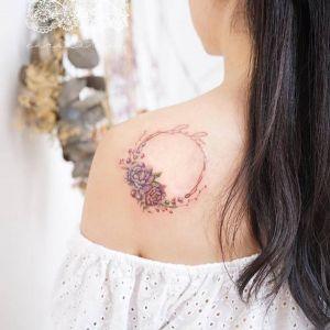 肩部小清新花环花纹身图案