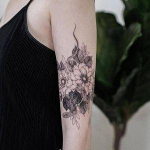 手臂小清新黑灰风花蛇纹身图案