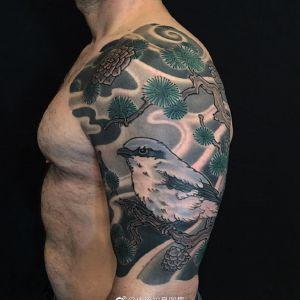 大臂传统鸟纹身图案