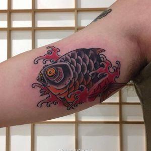 大臂传统鱼纹身图案