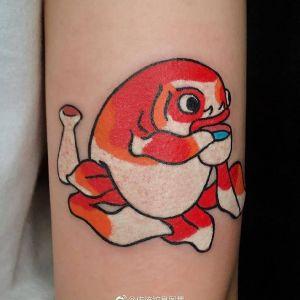 手臂传统鱼红色纹身图案