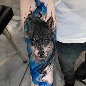 小臂蓝色水彩风狼头纹身图案