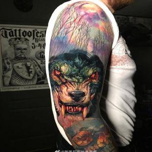 大臂彩色写实森林狼纹身图案