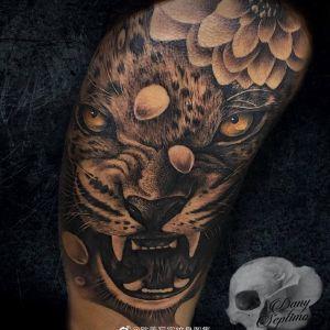 黑灰写实霸气虎头手臂纹身图案