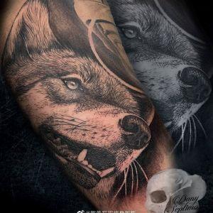 黑灰写实霸气狼头手臂纹身图案