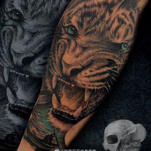 手臂黑灰写实霸气虎头纹身图案