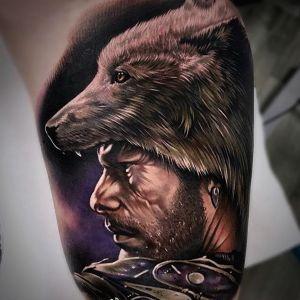 大臂黑灰写实霸气狼头人物肖像纹身图案