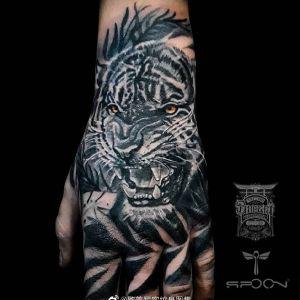 黑灰手背写实虎头纹身图案