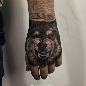 手背黑灰写实狼头纹身图案