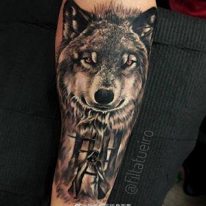 小臂黑灰写实霸气狼头纹身图案