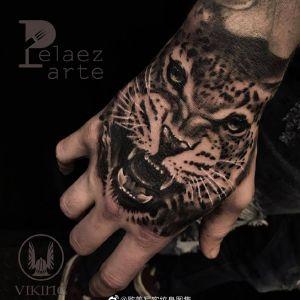 手背黑灰写实虎头纹身图案