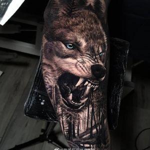 手臂黑灰写实霸气森林狼纹身图案