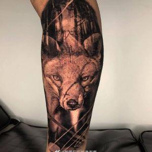 小腿黑灰写实森林狼纹身图案