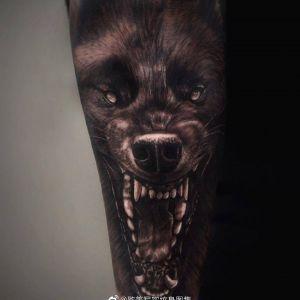 手臂黑灰写实霸气狼头纹身图案