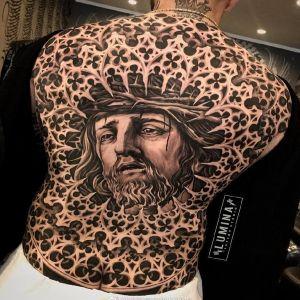 满背黑灰写实雕花耶稣纹身图案
