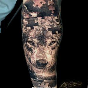 小臂黑灰写实拼图狼头纹身图案
