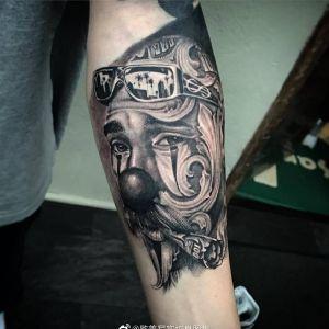 黑灰小臂写实小丑纹身图案