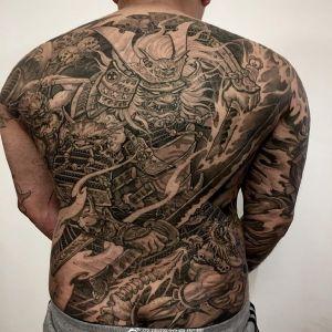 满背霸气黑灰传统黑武士纹身图案