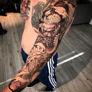 传统黑灰斗战胜佛花臂纹身图案