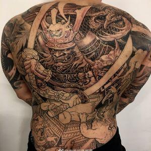 满背黑灰传统黑武士纹身图案
