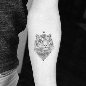 手臂小清新黑灰风老虎纹身图案