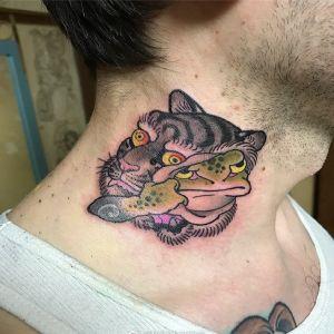 颈部传统虎头青蛙纹身图案