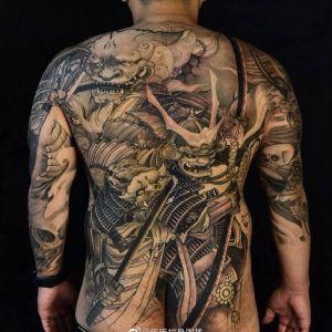 满背黑灰传统黑武士龙纹身图案
