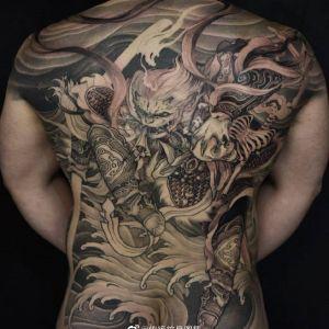 满背黑灰传统霸气斗战胜佛纹身图案